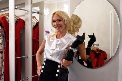 Sonya Kraus trägt Pony Maedchen